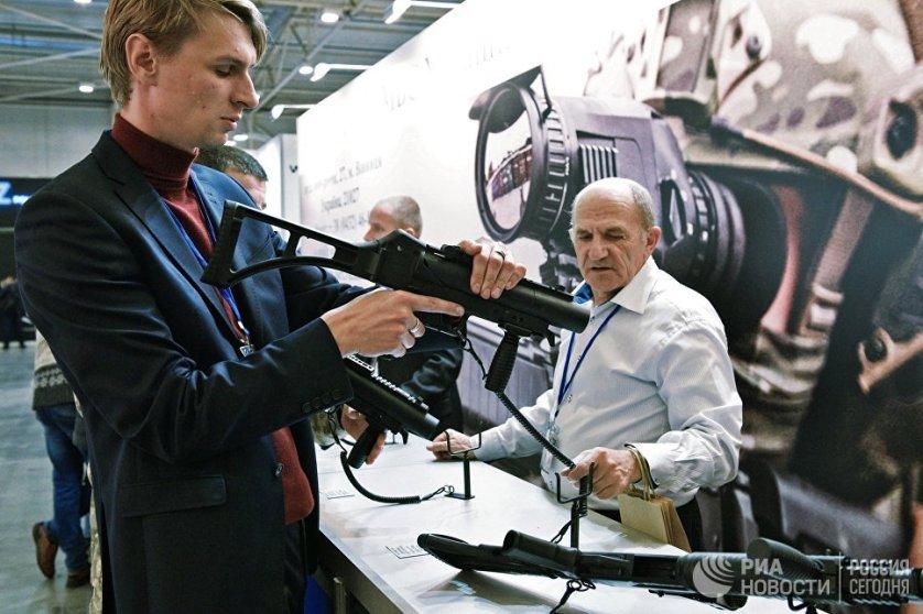 В гражданской части экспозиции представлено охотничье, спортивное, историческое и холодное оружие.