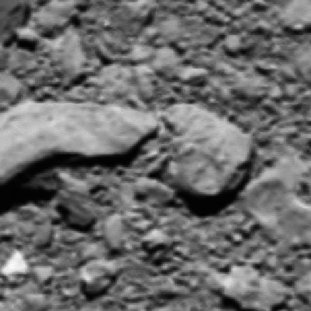 """Анализ последних радиосигналов с """"Розетты"""" помог научной команде миссии получить фотографию места ее посадки на комету Чурюмова-Герасименко. Она была сделана с высоты всего в 18 метров от поверхности небесного тела."""