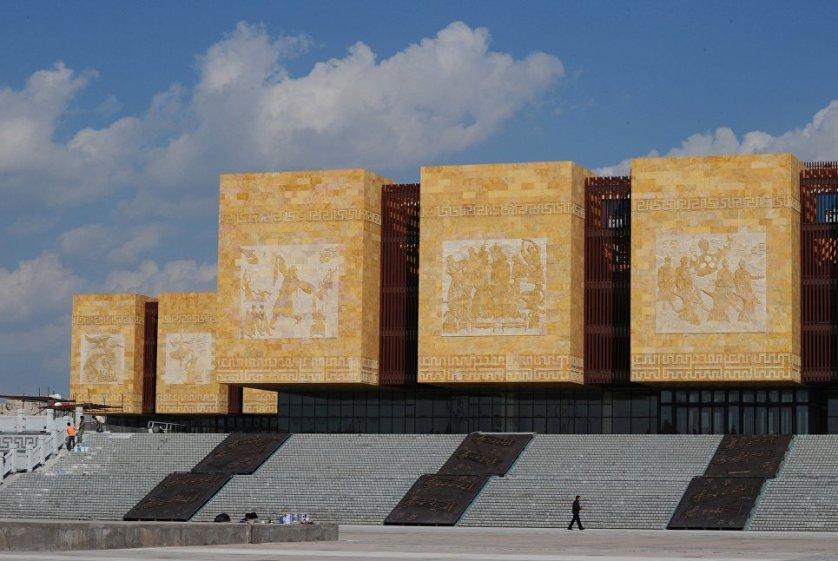 """Впрочем, пугать Ордосом людей не стоит: в городе поддерживается идеальный порядок. А для комфорта жителей тут есть все необходимые блага цивилизации – торговые центры, развлекательные площадки и культурные учреждения. Тут имеется даже """"Монгольский Диснейленд""""."""