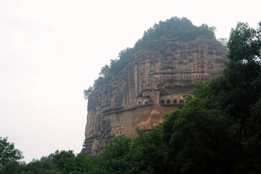 """Ох уж эти буддийские монахи, вот умели мыслить масштабно, а строить, так по-крупному. Еще один исторический шедевр Китая – монастырь Майцзишань, он же – """"Пшеничная гора"""" в провинции Ганьсу. Ну, тут все просто – берем гору в 142 метра и высекаем в ней гроты. Такой вот архитектурный """"муравейничек""""."""