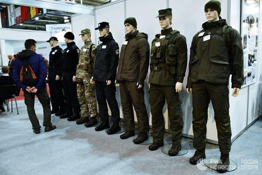 """Различные модели экипировки, представленные на выставке """"Оружие и безопасность"""" в Киеве."""