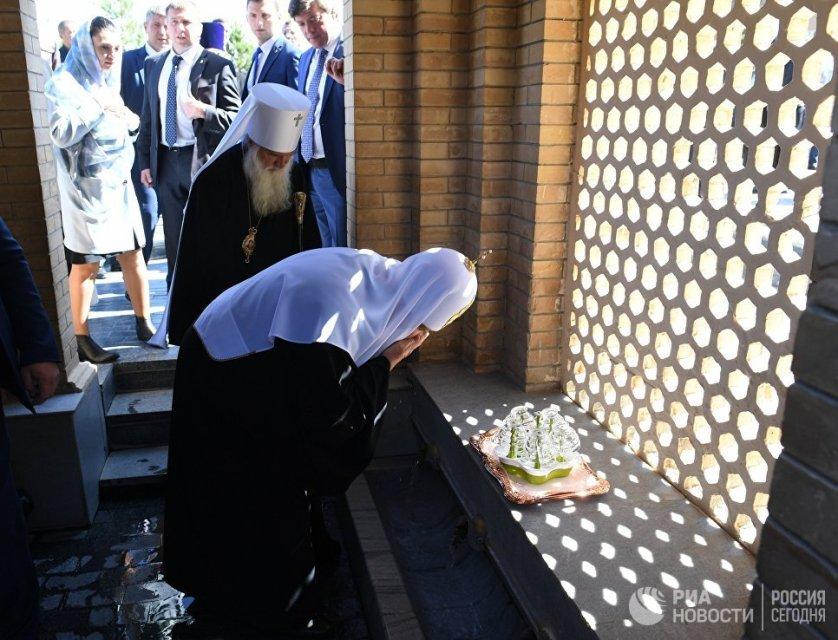 Предстоятель Русской православной церкви у святого источника рядом с гробницей библейского пророка Даниила в Самарканде.
