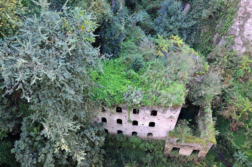 """Суеверные итальянцы """"нафаршировали"""" слухами и легендами Долину мельниц в Сорренто. Мало того, что мельницу называют обломком другого мира, так там еще то и дело видят мистический свет и слышат зловещий смех."""