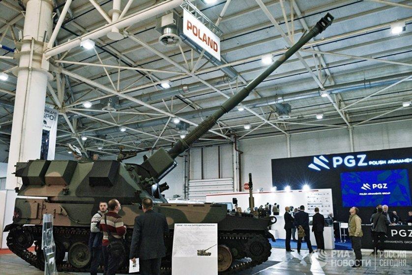 """На выставке свои национальные экспозиции есть у Польши, Пакистана и Турции. На фото: польская 155-мм самоходная гаубица """"KRAB"""" - это лицензированная версия английской самоходной артустановки """"AS-90"""" на шасси модифицированного Т72, которая относится к классу гаубиц. Базовый вариант """"AS-90"""" был создан в начале 1980 годов."""
