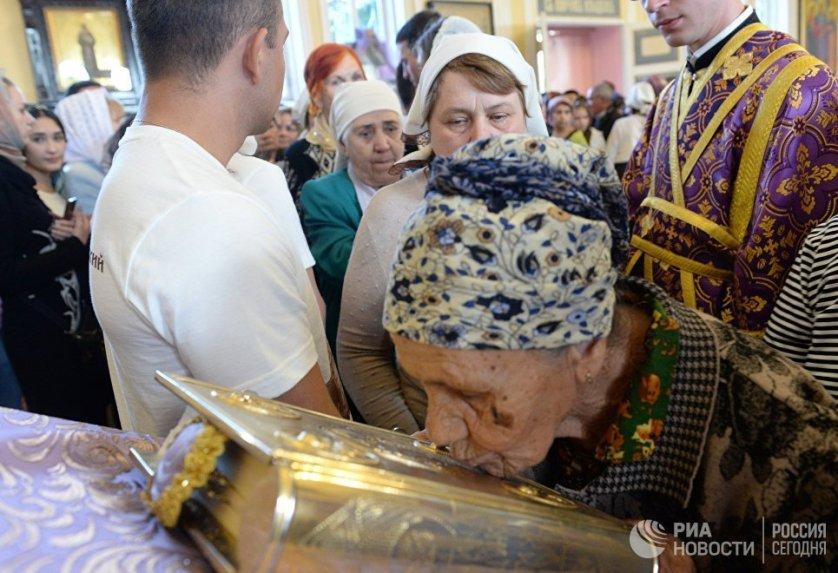 Верующие во время патриаршей службы в храме святителя Алексия, митрополита Московского в Самарканде.