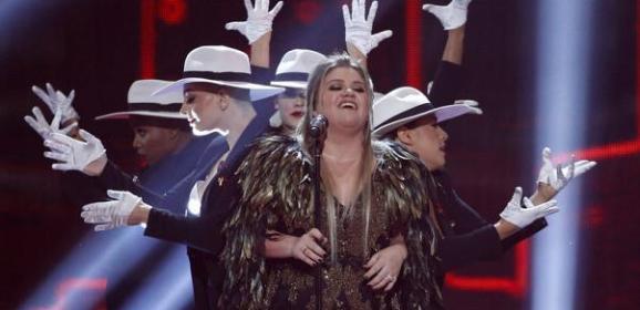 المغنون يحصدون جوائز الموسيقى الأمريكية والمغنيات يسرقن الأضواء
