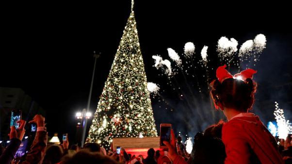 إضاءة شجرة ميلاد في بيروت تحية للقدس على وقع الترانيم والآذان
