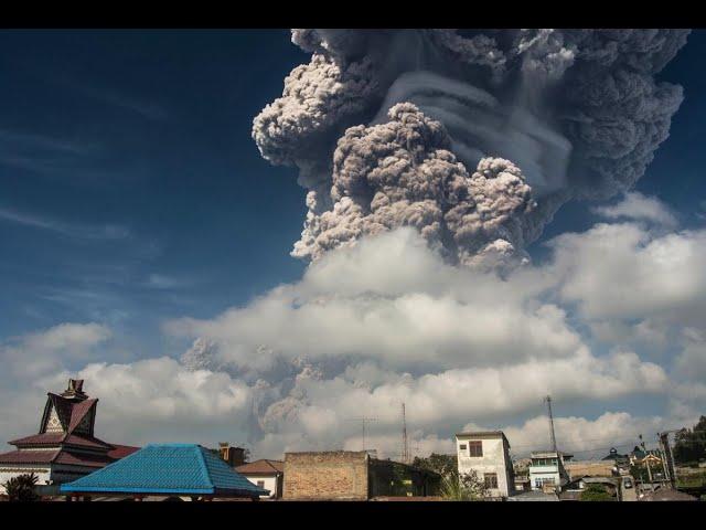 إندونيسيا ترفع مستوى التحذير بعد نشاط بركان في سومطرة