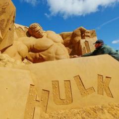 أشكال رملية لشخصيات ديزني وبيكسار ومارفل على شاطئ بلجيكي