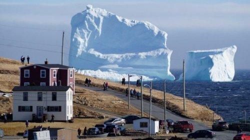Огромный айсберг проплыл мимо канадской деревни