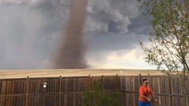 Стригущий газон на фоне торнадо канадец покорил соцсети