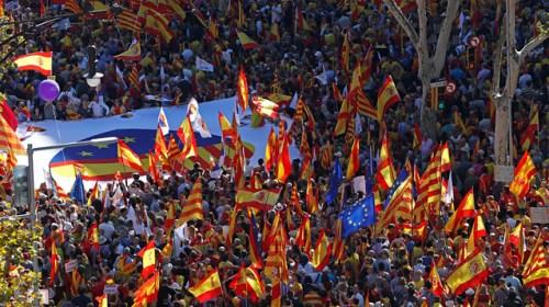 Противники сепаратистов вышли на марш за единство Испании в Барселоне