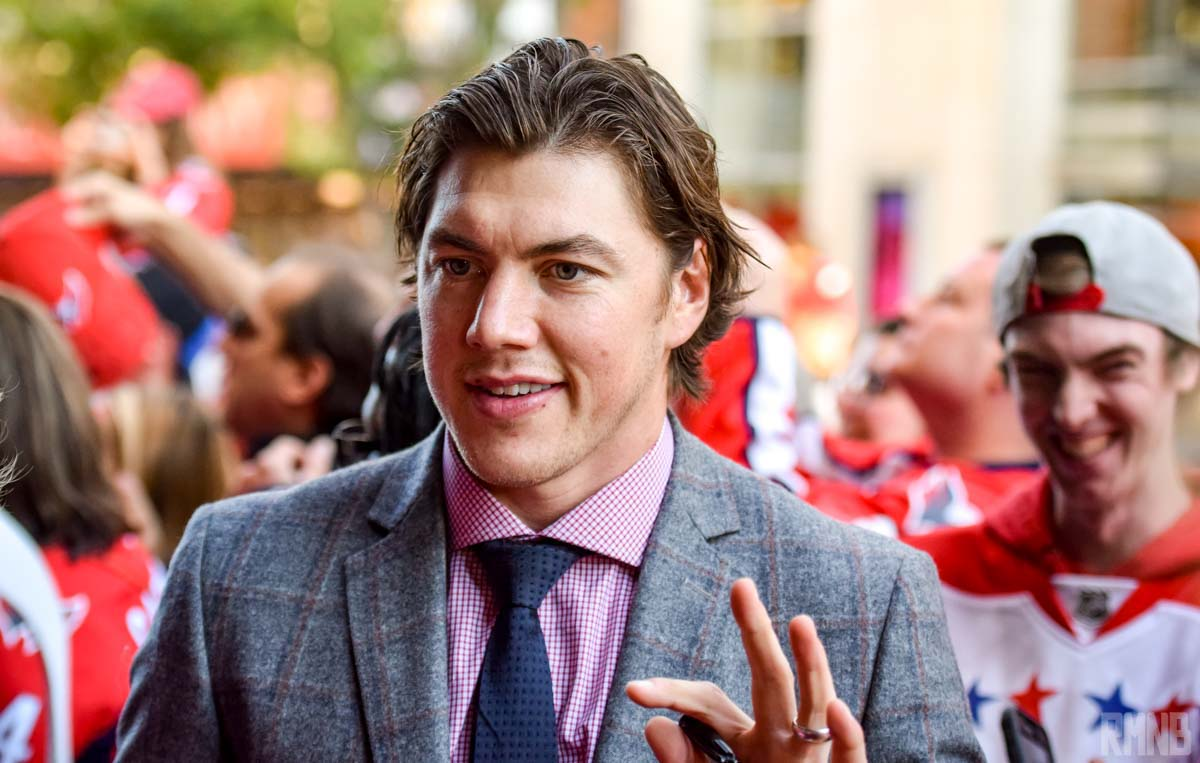 Oshie waves to Caps fans