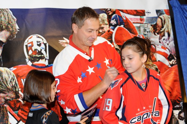 Peter Bondra signs autographs at Caps Convention.