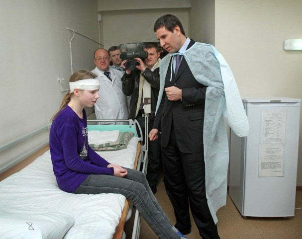 Governor Mikhail Yurevich meets with a child injured by the meteor
