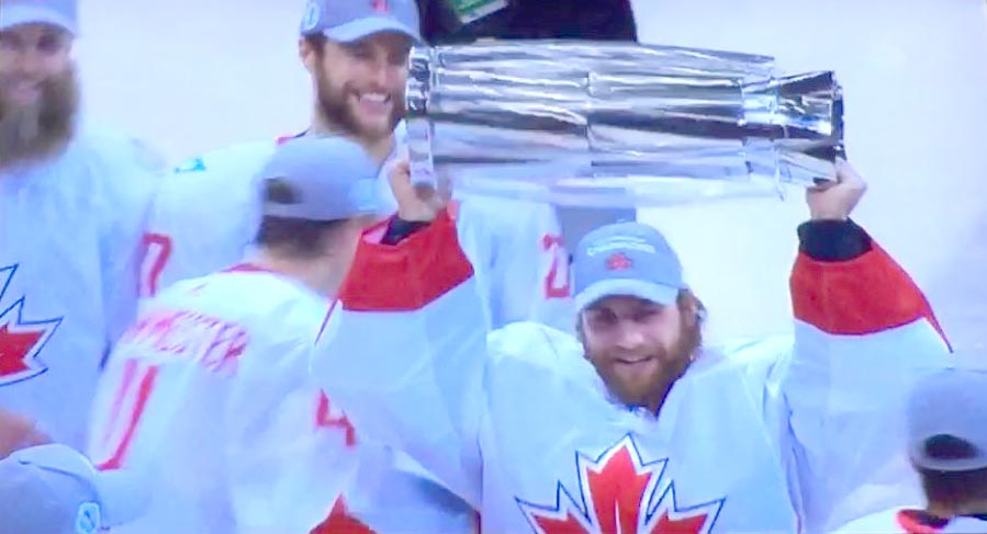holtby-raises-trophy