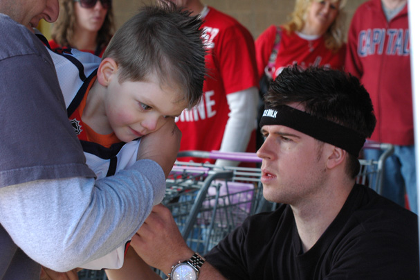 Mike Green signs Gabriel's Jersey
