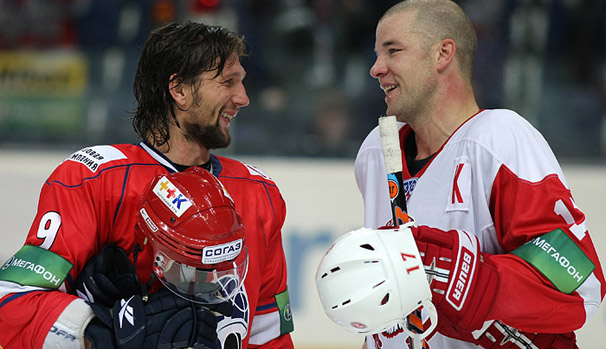 Richard Zednik and Chris Simon chat during a KHL Game