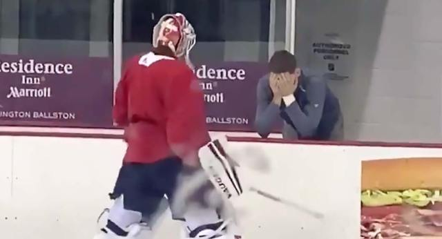 Evgeny Kuznetsov's priceless reaction after Ilya Samsonov broke his stick in front of him