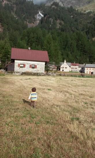 Tiene las cimas mas altas y un poblado de casas de la edad media.