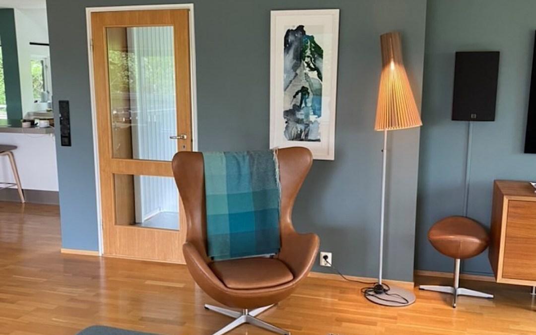 """Interiør & kunst: """"To the Top"""" med veggfargen """"Serene Blue"""" fra Jotun"""