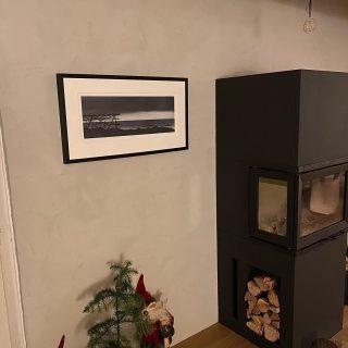 Hjemme hos @silurvis henger 'Lunefullt vakkert', - kjempegøy å se hvordan bildene «mine» har det i sine nye hjem! 😃 Takk!😍 Del din vegg eller ønskebilde for å vinne et signert trykk 01.01.21! Husk å tag med #rutheart_home og @rutheart (sånn at jeg finner det😉) Godt (snart) Nyttår!!😁
