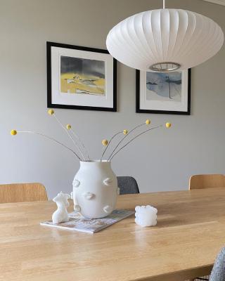 | reklame  WHITES🤍  Gøy å se vår «gamle» lampe på forsiden av månedens boligpluss 🤍 Denne lampen ble designet av George Nelson i 1947 og har vært i produksjon siden 1952!!! Nå for tiden produseres den av haydesign .. En stayer🥰 #bubblelamp   Malerier: rutheart 🔝  _____________________________________________ #rutheart_home #rutheart #kunst #art #interiørdetaljer #minimalisme  #minimalmood #renelinjer  #interiordesign #interiordecor #nordiskinteriør #interiør #interiordetails #skandinaviskstil #skandinaviskinteriør #interior #scandinaviandecor #scandinaviandesign #scandistyle #interiorstyling #mynordichome #homedecor  #minimalism #nordicminimalism #softminimalism #homeinterior #homeadore #nordiskehjeminspo #diydeco