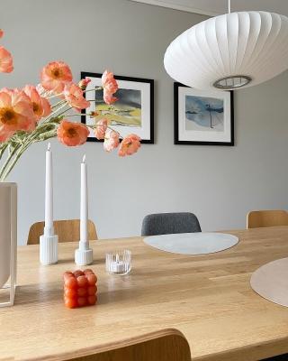 | reklame   COLOR POP🧡  Er det bare meg som craver litt mer farger rundt meg nå som våren nærmer seg?!  De vakre bildene på veggen er laget av rutheart .. En dyktig kunstner verdt å titte innom🔝  _____________________________________________ #rutheart_home #rutheart #kunst #art #interiørdetaljer #minimalisme #minimal  #minimalmood #renelinjer  #interiordesign #interiordecor #nordiskinteriør #interiør #interiordetails #skandinaviskstil #skandinaviskinteriør #interior #scandinaviandecor #scandinaviandesign #scandistyle #interiorstyling #mynordichome #homedecor #funkishus #minimalism #nordicminimalism #softminimalism #homeinterior #homeadore #nordiskehjeminspo