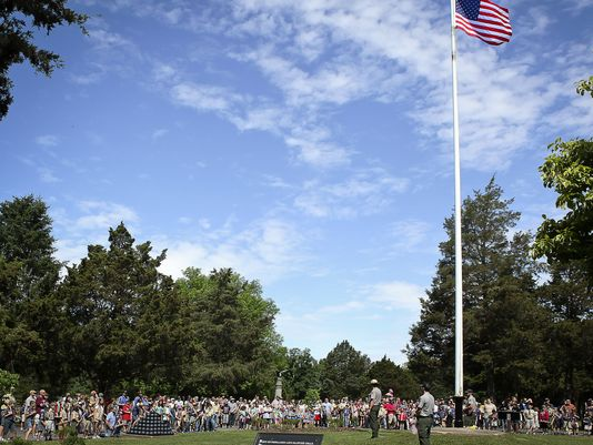 Stones River Battlefield Administrative Assistant Ron Hibdon reported that 550 volunteers came to the National Cemetery Saturday morning to place flags at each headstone.