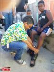 Vinicio Aquino reparte cientos de zapatos a niños en El Café de Herrera