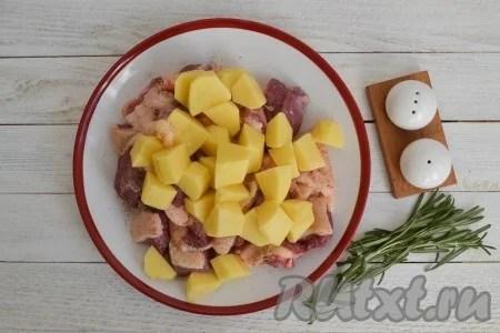 پاک کردن، تلخ و برش سیب زمینی به مکعب. سیب زمینی خرد شده را با قطعات گوشت و مخلوط کنید.