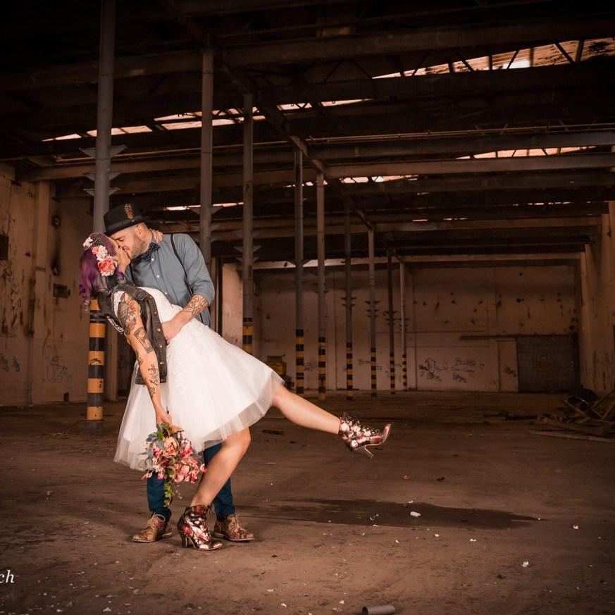 fotoreportage portretten Fotograaf urbex loods industrieel gezocht laten maken binnenlocatie aparte bijzondere bruidspaar loveshoot Ruwmantisch Rawmantic Gorinchem Drechtsteden Brabant