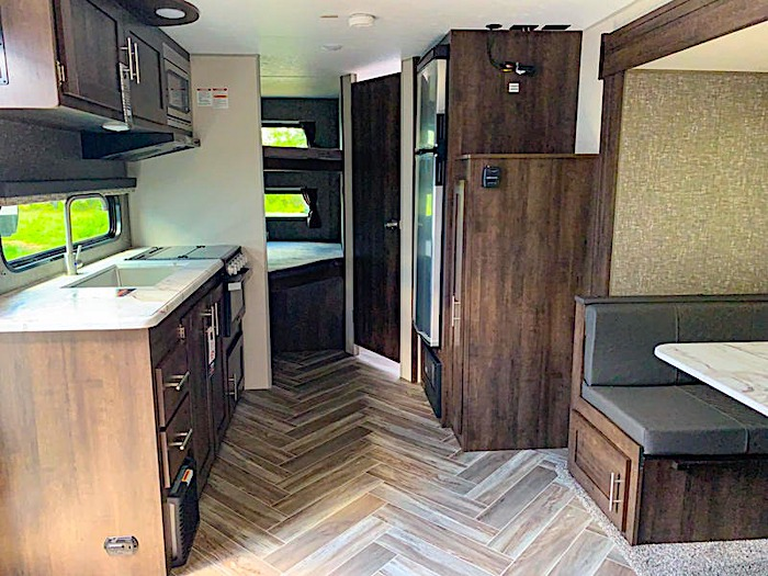 Travel Trailers with King Bed KZ SPORTSMAN LE 231BHKLE Int