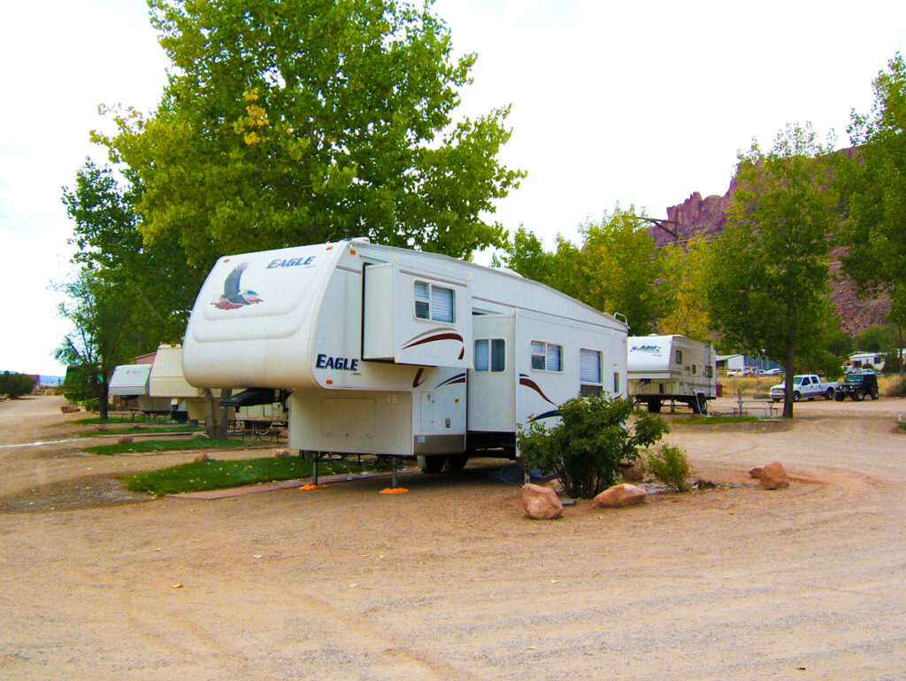 What's the Difference Between a fifth wheel Motorhome RV and a Camper?