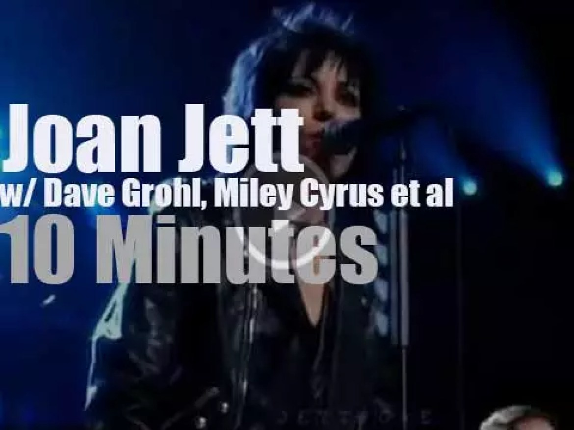 Dave Grohl, Miley Cyrus join Joan Jett at her RnR Hall Of Fame Induction  (2015)