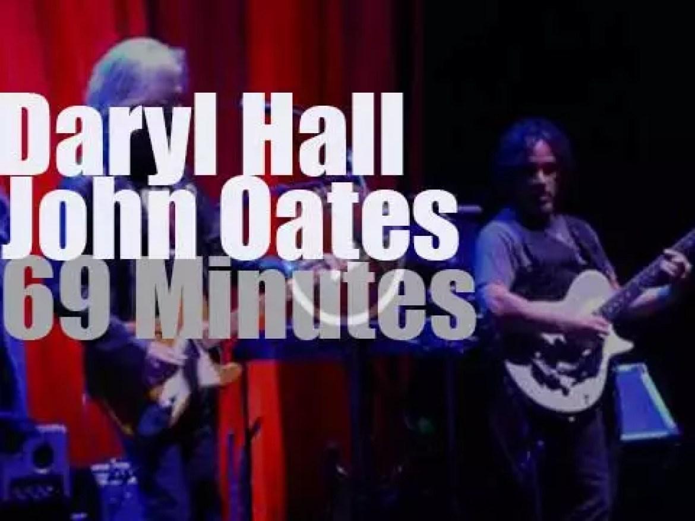 Daryl Hall & John Oates play their hits (2015)