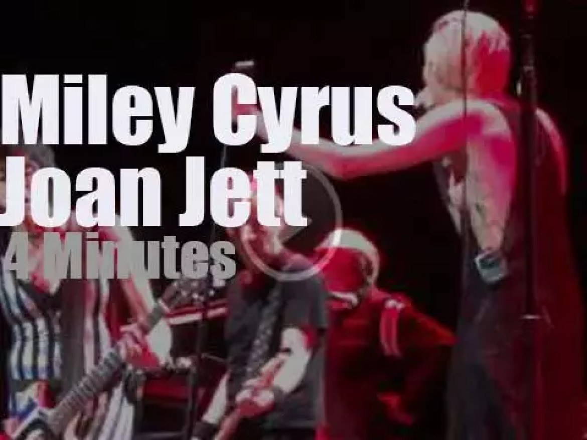Joan Jett duets with Miley Cyrus (2015)