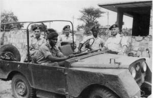 RTEmagicC_1963_Gabiro_assis_dans_la_jeep_Habyarimana__debout__a_cote__A._Kanyarengwe.1.jpg1