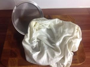 Ein Sieb und ein Tuch