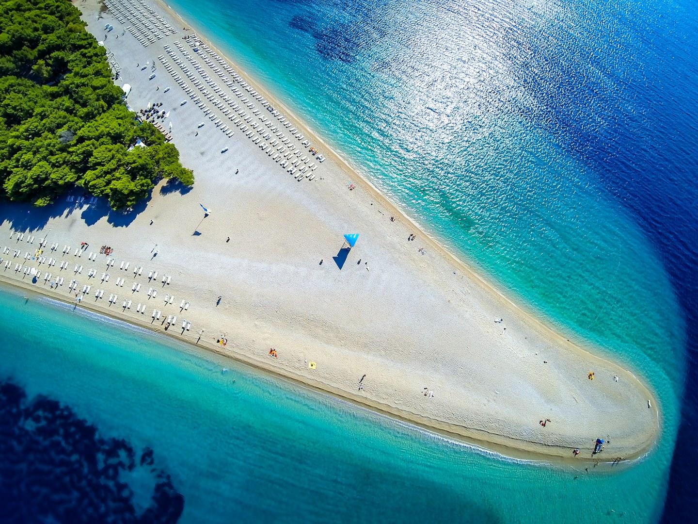 شاطئ زلاتني رات في جزيرة براك ، كرواتيا