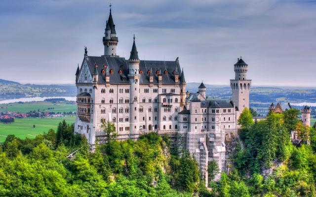 أماكن ساحرة - قلعة نويشفانشتاين بجنوب غرب ولاية بافاريا في ألمانيا.