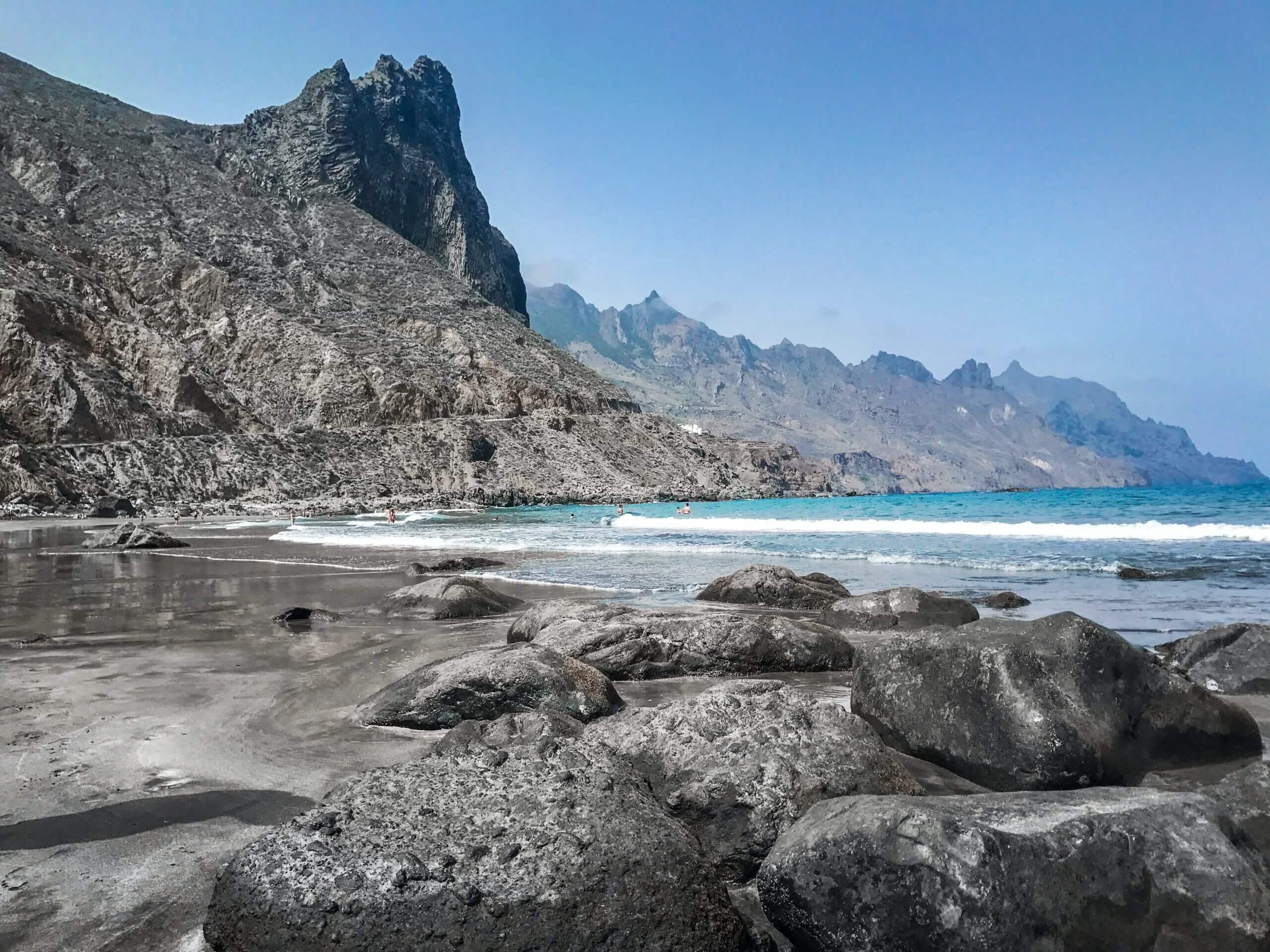 أجمل شواطئ الرمال السوداء حول العالم