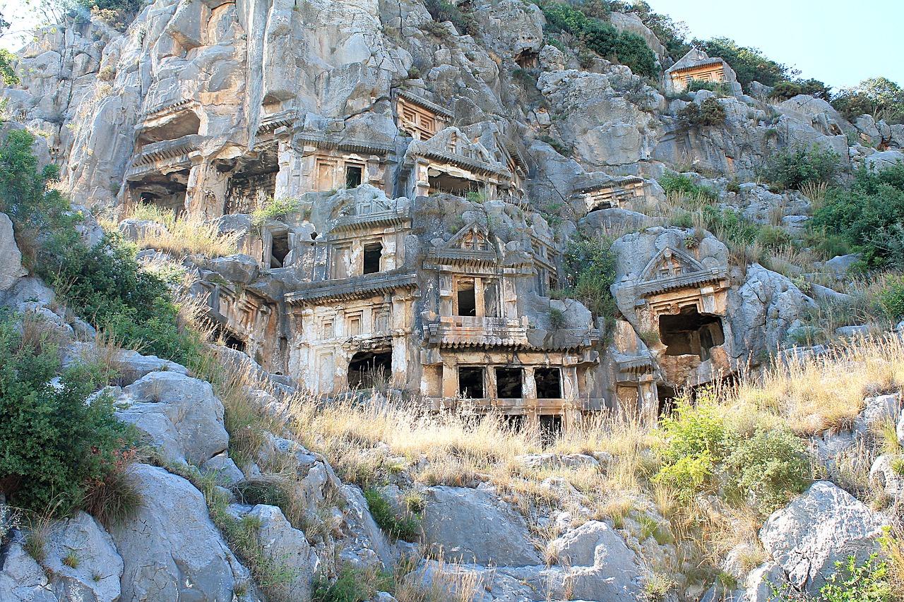 مقابر ومعابد مذهلة مقطوعة في الصخور