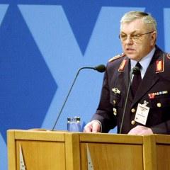Szef sił zbrojnych NATO urodził się w …… Nininie