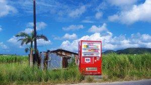 青い空の下の自動販売機