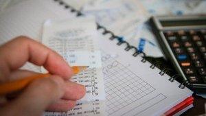 レシートをチェックして家計簿に記載するイメージ