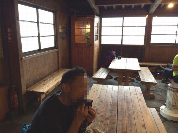 穂高岳山荘内のテーブル