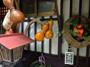 伊香保温泉の元湯に近い店先。きれいに並べたもんだと感心。