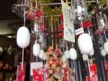 石段の土産物屋では、富岡製糸場にちなんでの「まゆ」 。