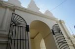 仏歯寺の外壁は、英国の影響を色濃く残す。